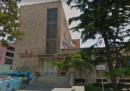 Un uomo è stato trovato accoltellato davanti a una scuola a Bari
