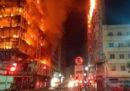 È crollato un edificio di 26 piani a San Paolo, in Brasile, almeno una persona è morta