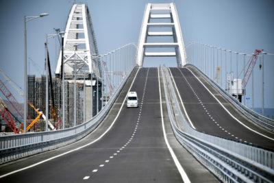 Ha aperto il controverso ponte che collega la Russia alla Crimea