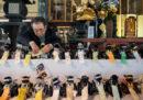 Foto da un solenne funerale per cani-robot