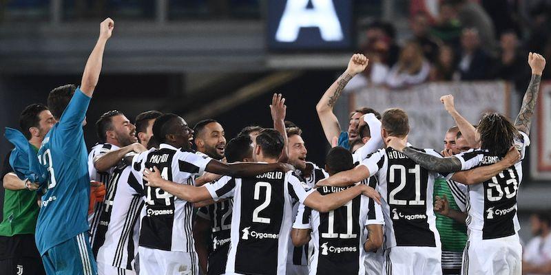 I giocatori della Juventus festeggiano la vittoria dello Scudetto allo Stadio Olimpico di Roma
