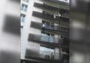 Il video dell'uomo che si è arrampicato al quarto piano di un palazzo di Parigi per salvare un bambino