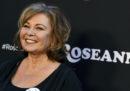 """La serie tv americana """"Roseanne"""" è stata cancellata perché la sua ideatrice ha scritto un tweet razzista contro un'ex consigliera di Obama"""