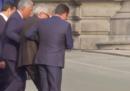 Il video di Juncker che fa fatica a camminare e a salire le scale