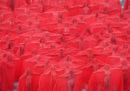 I nudi velati di rosso fotografati da Spencer Tunick