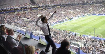 La foto di Macron che esulta durante la finale dei Mondiali