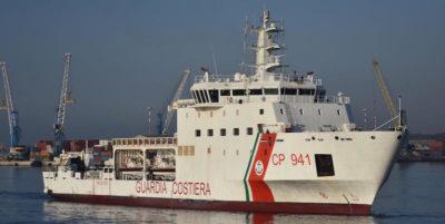 La nave della Guardia costiera con a bordo 67 migranti sta andando verso l'Italia