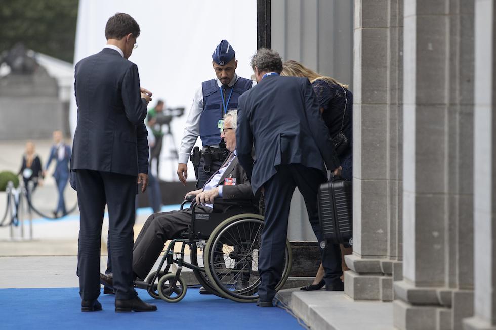 Juncker non si regge in piedi e barcolla al vertice NATO