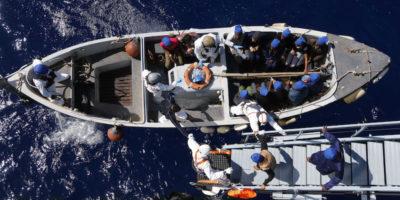 L'Italia farà approdare le navi militari con a bordo i migranti, ma solo per poco
