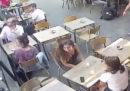 Il video virale di una donna molestata e schiaffeggiata a Parigi