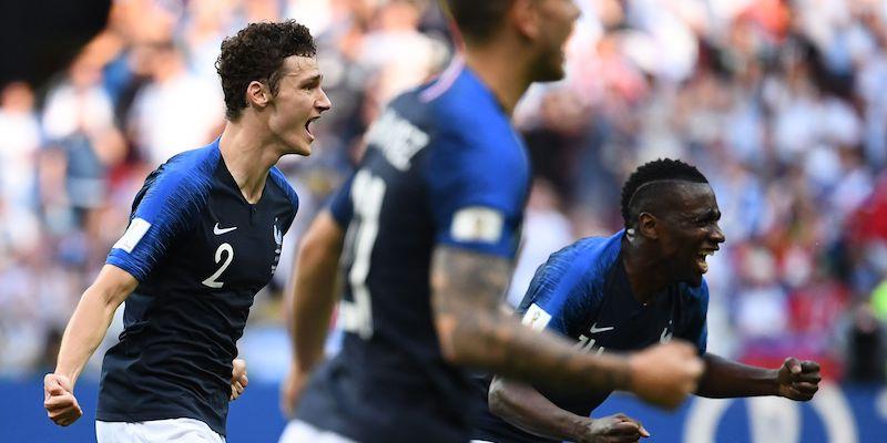 Benjamin Pavard e Blaise Matuidi osservano il secondo gol della Francia negli ottavi di finale contro l'Argentina