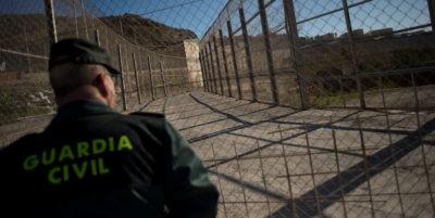 Spagna, 600 immigrati assaltano il confine a Ceuta: scontri con la polizia