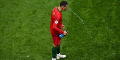 Perché alcuni calciatori bevono e sputano?