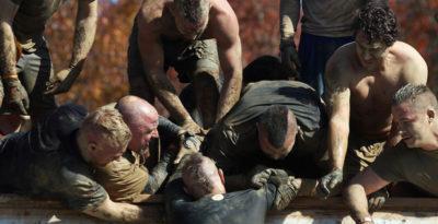 Le corse a ostacoli nel fango vanno sempre più di moda