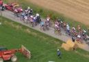 Il Tour de France è stato sospeso per alcuni minuti: c'erano contadini che protestavano e la polizia ha usato spray al peperoncino