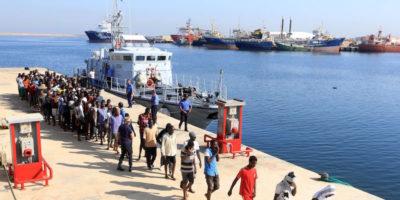 Una nave commerciale italiana ha soccorso 108 migranti e li ha riportati in Libia