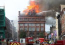 Uno storico palazzo di Belfast ha preso fuoco e rischia di crollare