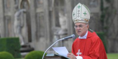 Un arcivescovo ha chiesto al Papa di dimettersi