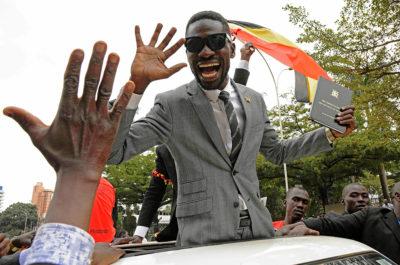 Il cantante e oppositore politico ugandese Bobi Wine è stato fermato mentre cercava di lasciare il paese in aereo