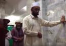 Il video dell'imam che continua a pregare nonostante il terremoto