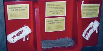 Due dei nuovi contestati orinatoi di Parigi sono stati danneggiati da un'azione di protesta