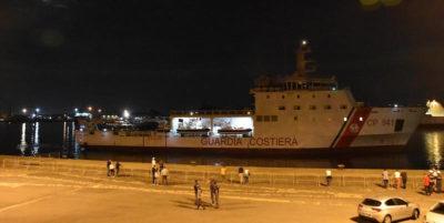 La nave Diciotti ha attraccato a Catania, ma i migranti rimangono a bordo