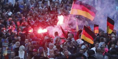 """La """"caccia agli immigrati"""" in Germania"""