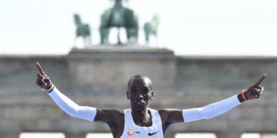 Il keniota Eliud Kipchoge ha stabilito il nuovo record mondiale nella maratona