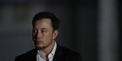 Elon Musk dovrà far approvare i suoi tweet su Tesla da un avvocato prima di poterli pubblicare