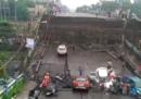 È crollata una parte di un ponte a Calcutta, in India: ci sono almeno un morto e 19 feriti