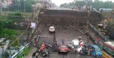 India, crolla un ponte stradale a Calcutta: morti e feriti
