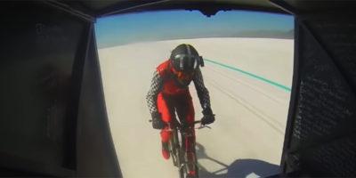 Una donna ha pedalato a 296 chilometri all'ora su una bicicletta