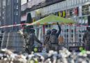L'uomo armato che aveva preso in ostaggio una donna alla stazione di Colonia, in Germania, è