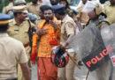 In India una folla di induisti ha lanciato oggetti e pietre contro un gruppo di donne che cercavano di entrare in un tempio sacro