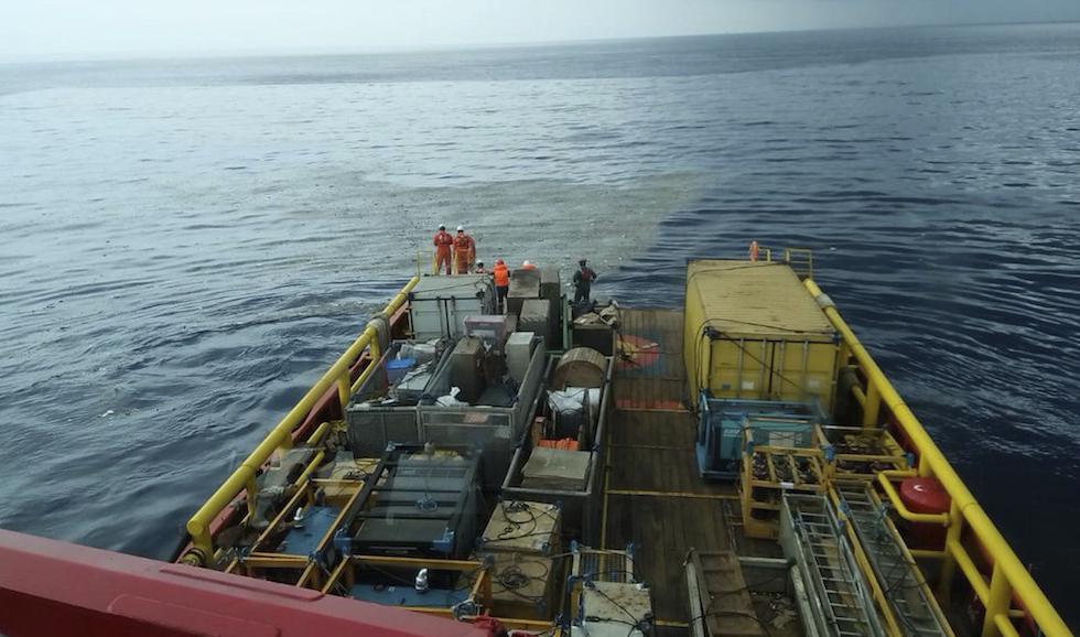 Indonesia, la chiazza di carburante in mare