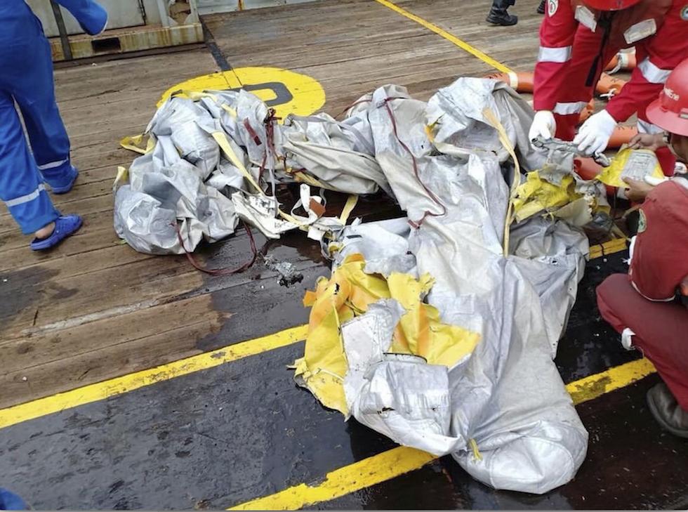 Aereo precipita in mare dopo il decollo da Giacarta