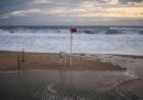 In Portogallo una fortissima tempesta ha lasciato 300mila case senza elettricità e fatto cancellare diversi voli