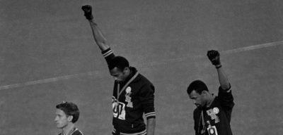 Il pugno chiuso di Tommie Smith e John Carlos a Città del Messico, 50 anni fa