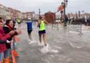 """La maratona di Venezia si è """"corsa"""" con l'acqua alta"""