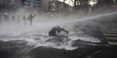 Gli scontri tra polizia e gilet gialli a Bruxelles