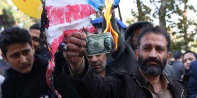 A Teheran si bruciano dollari americani e bandiere di Stati Uniti e Israele