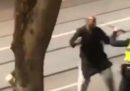 Una persona è morta a Melbourne, dove un uomo ha condotto un attacco con coltello
