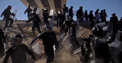 Gli scontri al confine tra Messico e Stati Uniti