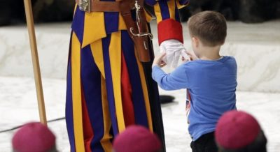Il bambino salito sul palco del Papa