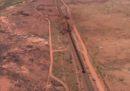 I rottami del treno lungo 2 chilometri deragliato lunedì in Australia