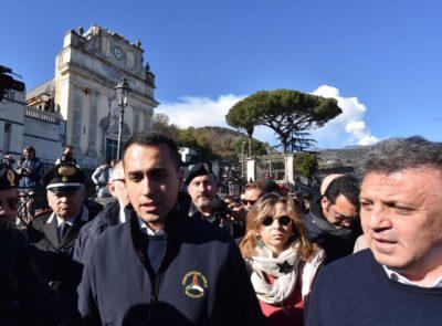 Guido Bertolaso ha scritto una lettera a Luigi Di Maio chiedendogli di non indossare più la maglia della Protezione Civile