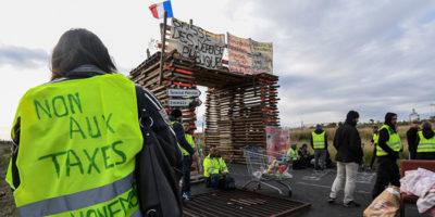 Il governo francese sospenderà l'aumento delle accise sui carburanti