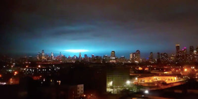 Il cielo blu elettrico sopra New York