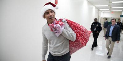 Barack Obama si è vestito da Babbo Natale
