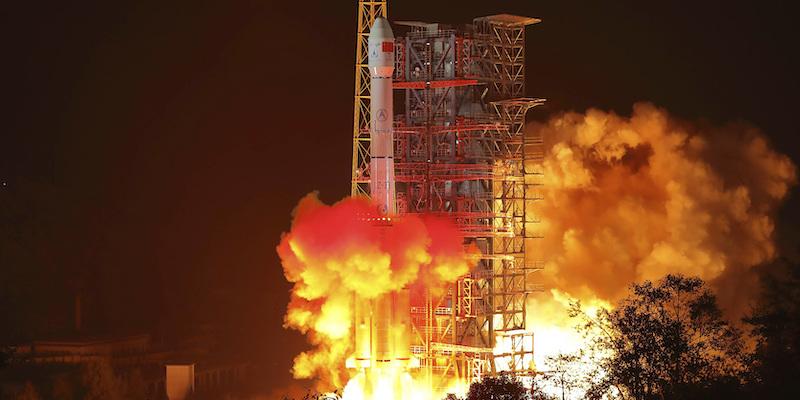 È partita la missione spaziale cinese per studiare il lato oscuro della Luna - Il Post